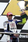图文:MotoGP英国站正赛 罗西笑举亚军奖杯