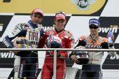 图文:MotoGP英国站正赛 领奖台三甲车手合影