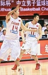 王治郅(左)和易建联在比赛中  周国强