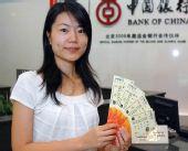 图文:奥运会门票今起上海发放 首位领票人留影