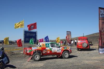 图文:穿越东方赛中国段结束 赛段上彩旗飘舞