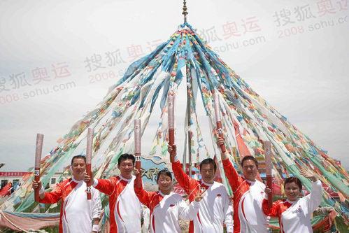 6月23日,奥运火炬在青海湖传递,传递过程充满少数民族风情