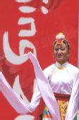 图文:圣火在青海湖传递 结束仪式藏族舞蹈表演