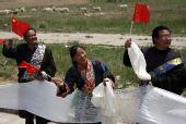 图文:奥运圣火在青海湖传递  当地群众加油
