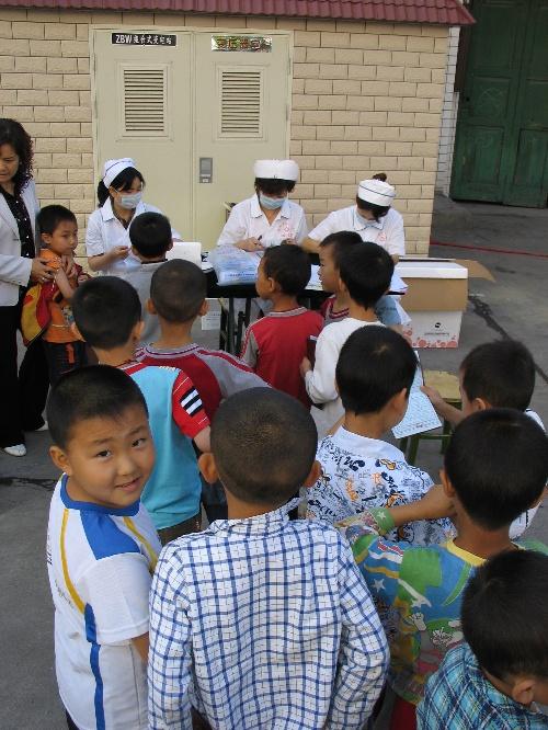 陕西地震灾区儿童接受疫苗注射(图)