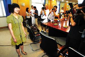 昨天,北京高考成绩出炉,今年文理科头名又被女生包揽。图为以702分夺魁的人大附中理科实验班学生胡梦萦笑对众记者的镜头。晨报记者 李木易/摄