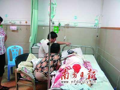 病床上的死者李某及其亲属。