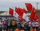 组图:圣火传递青海湖站 少数民族为奥运加油