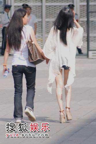 李小璐(右)与助手