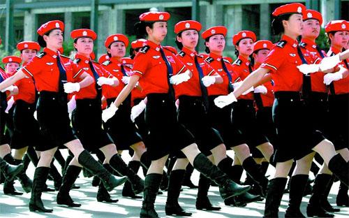 女警方阵接受检阅