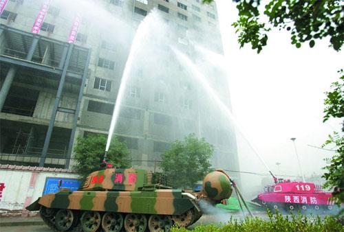 """消防坦克发挥威力扑灭""""火魔"""""""
