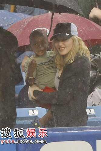 麦当娜带养子大卫看棒球赛