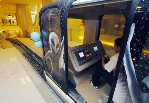 上海/观光小火车开进大商场