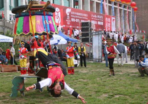图文:奥运圣火在西宁传递 现场的少数民族舞蹈