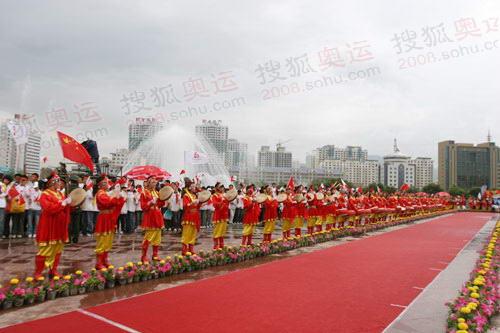 图文:奥运圣火在西宁传递 结束仪式火炬手大道