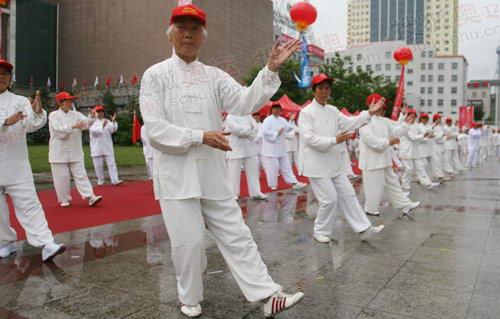 图文:奥运圣火在西宁传递 结束仪式太极拳表演