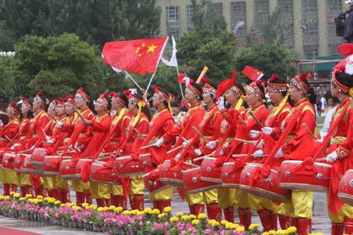 图文:圣火在西宁传递 腰鼓演员夹道欢迎火炬手