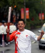 图文:奥运圣火在西宁传递 火炬手张伟传递