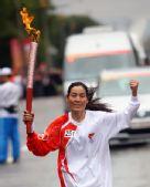 图文:奥运圣火在西宁传递 火炬手崇尚莲传递