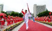 图文:奥运圣火在西宁传递 火炬手屈信忠传递