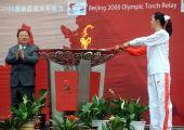图文:奥运圣火在西宁传递 李春秀点燃圣火盆