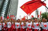图文:奥运圣火在西宁传递 群众为圣火传递助威