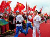 图文:奥运圣火在西宁传递 李春秀在进行传递