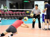 图文:中国女排香港备战大奖赛 陈忠和指导训练