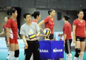 图文:中国女排香港备战大奖赛 陈忠和与队员