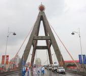 图文:奥运圣火在西宁传递 火炬手进行交接