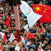图文:奥运圣火在西宁传递 火炬手向群众展示