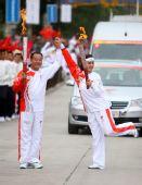 图文:奥运圣火在西宁传递 韩丽梅与王学军庆祝