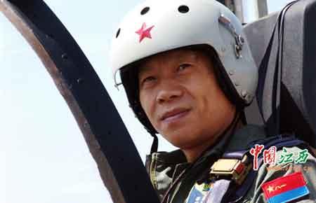 图为猎鹰03架高级教练机首席试飞员邹建国。(许珊 摄)