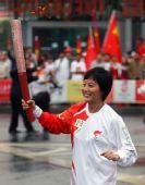 图文:奥运圣火在西宁传递 火炬手李红传递