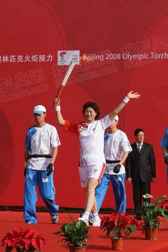 首棒火炬手前国家女手大将张卫红开始起跑 奥运官网记者 缪礼东摄