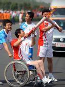 图文:奥运圣火运城传递 张应斌与刘玉虎交接