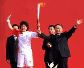 图文:奥运圣火运城传递 张卫红接过点燃的火炬