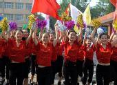 图文:奥运圣火运城传递 群众为传递活动加油