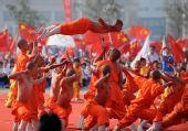 图文:奥运圣火运城传递 起跑仪式上的武术表演