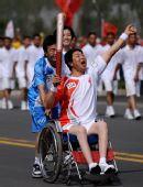 图文:奥运圣火运城传递 火炬手张应斌传递