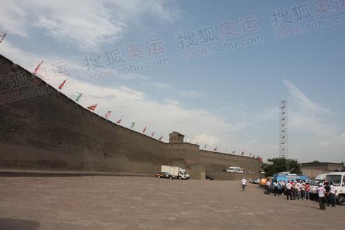 图文:火炬接力平遥站 古城墙迎来奥运圣火