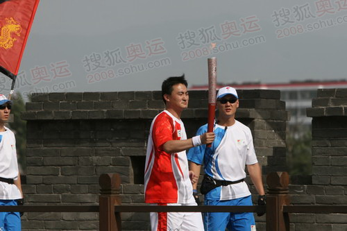 图文:火炬接力平遥站 火炬手在城墙上