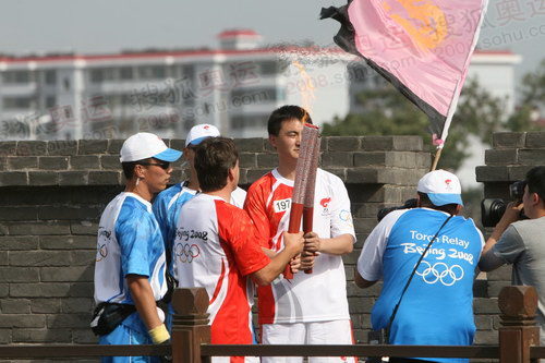 图文:火炬接力平遥站 火炬手在城墙上交接圣火