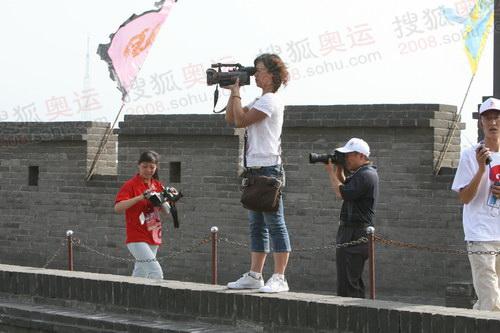 图文:火炬接力平遥站 媒体记者拍摄火炬传递