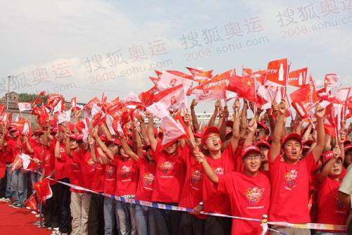 图文:火炬接力平遥站 市民为奥运火炬接力加油