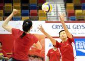 图文:中国女排香港备战大奖赛 冯坤与薛明练球