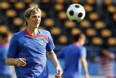 图文:俄罗斯队备战半决赛 帕夫柳琴科颠球