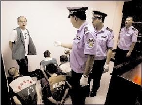 昨天下午,家乐福6名员工在朝阳法院刑事法庭受审。 本报记者 董世彪 摄