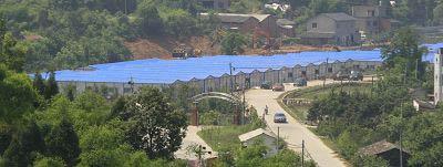 2008年6月3日,上海城建集团援川工人在加紧建造过渡安置房。 史训锋 早报资料