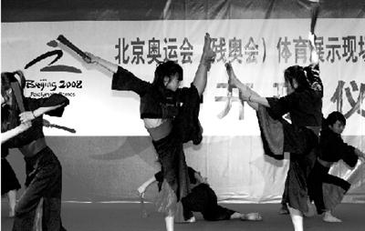 穿中式服装的少女在表演《扇子舞》。该节目已确定在奥运篮球赛场表演。本报记者 王俭 摄
